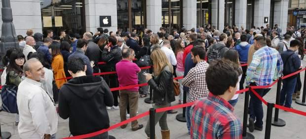 Largas colas en las tiendas Apple de España para recibir al iPhone 6 y al iPhone 6 Plus
