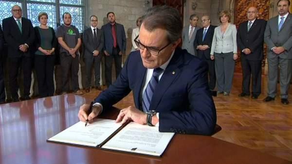 Artur Mas firma el decreto del 9-N