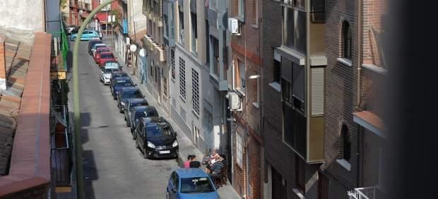 Peleas, robos, amenazas... Una casa okupa tiene atemorizados a vecinos de Puente de Vallecas