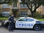 Policía frente a la casa del contagiado