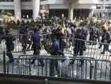 La policía retira barricadas en Hong Kong
