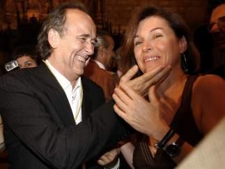 Serrat y su esposa