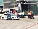 Un lector ha captado el momento en el que un pasajero de un vuelo de la compañía Tap procedente de Lisboa era atendido por los servicios de emergencias médicas del aeropuerto del Prat de Barcelona.