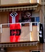 Banderas nazis en el balc�n de su casa