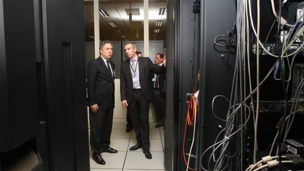 Tomás Burgos, secretario de Estado de la Seguridad Social, visitando la Gerencia de Informática