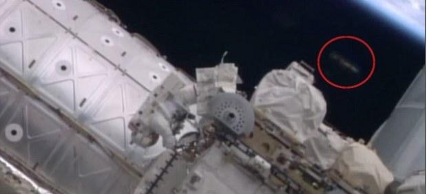 Objeto no identificado en un paseo espacial en la Estación Espacial Internacional