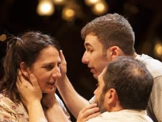 Malena Alterio, actriz de la obra 'Emilia' de Claudio Tolcachir, en escena junto a los tambi�n actores David Castillo y Alfonso Lara.