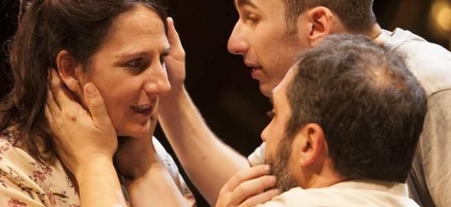 Malena Alterio, actriz de la obra 'Emilia' de Claudio Tolcachir, en escena junto a los también actores David Castillo y Alfonso Lara.