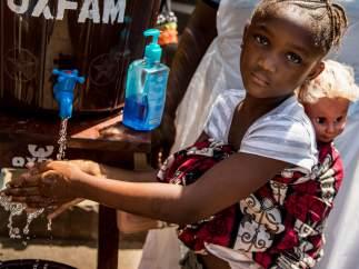 Una niña aprende cómo prevenir e identificar los síntomas del ébola en Congo