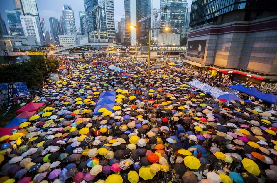 forman un manto con paraguas durante una protesta celebrada un mes despus de que el movimiento de hong kong