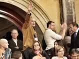 Un invitado al Parlament catalán realiza un saludo fascista durante una sesión de la cámara.