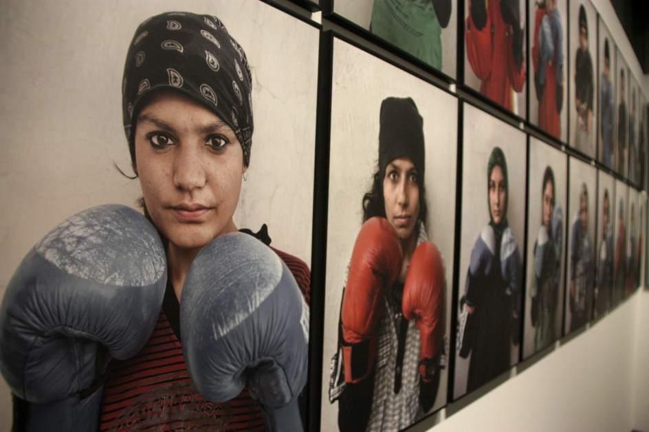 Mujeres contra corriente. Retratos de mujeres que practican boxeo pese a vivir en Afganistán. Pueden verse en Dones. Afganistán, exposición fotográfica que puede visitarse en el Palau Robert de Barcelona.