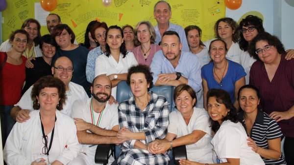 Teresa Romero, con los médicos del Carlos III