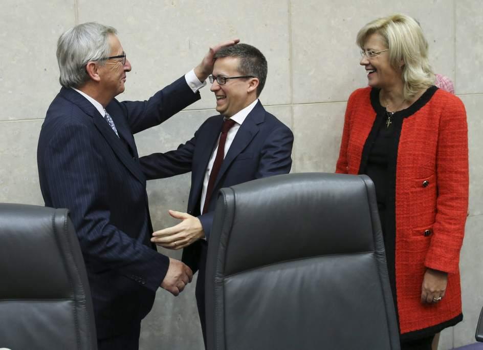 El saludo de Juncker al comisario de Investigación Carlos Moedas