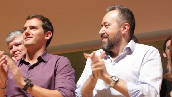 Albert Rivera, líder de Ciutadans (C's), junto a Juan Carlos Girauta en el acto que ha celebrado al formación coincidiendo con el 9-N en el Auditori Axa de Barcelona.