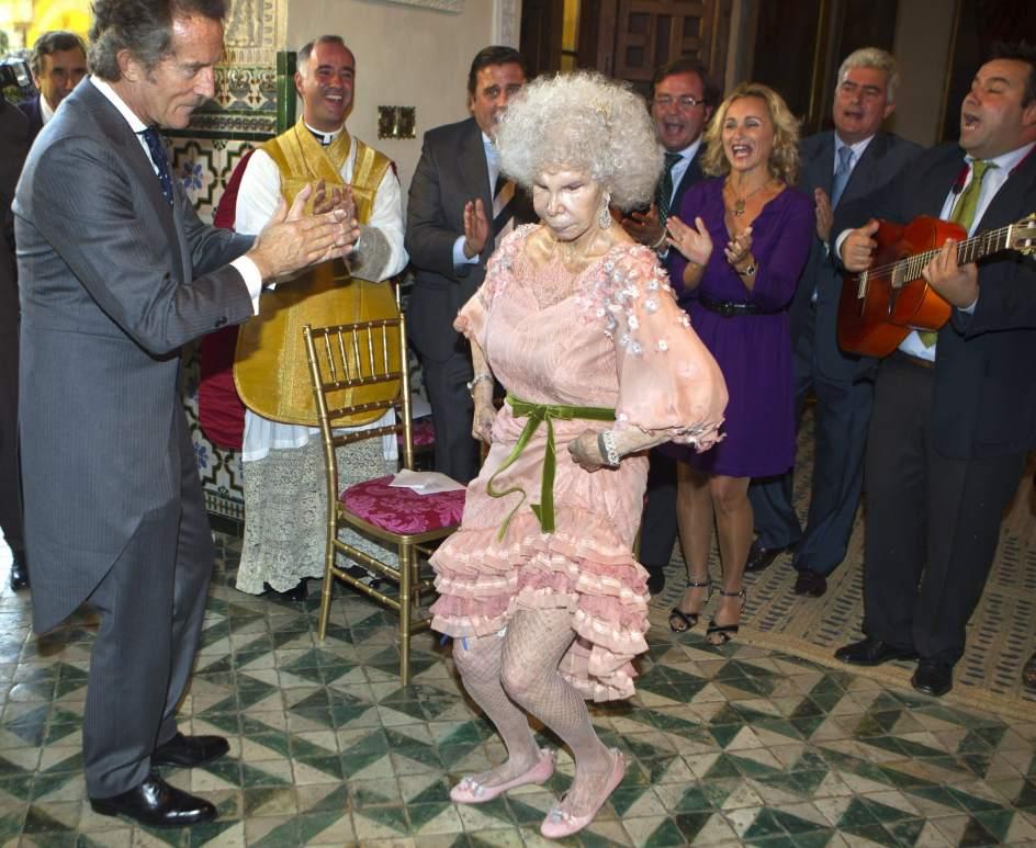 Boda con Alfonso Díaz. La duquesa de Alba, Cayetana Fitz-James Stuart, baila una sevillana con su marido Alfonso Díez Carabantes, tras su boda, celebrada el 5 de octubre de 2011, en la capilla del Palacio de las Dueñas en Sevilla. Alfonso Díaz es el tercer marido de la duquesa, viuda de Luis Martínez de Irujo y Jesús Aguirre.