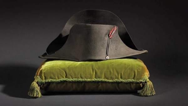 e69256ddaa222 Un sombrero de Napoleón