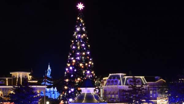 Árbol de Navidad de 24 metros de altura en Disneyland Paris.