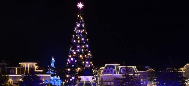 Abetos gigantes, nieve caliente y fuegos artificiales para celebrar la Navidad en Disneyland Paris