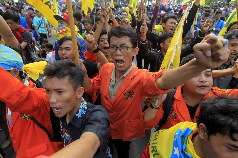 La subida del gasolina moviliza a los indonesios