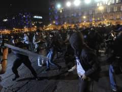 Quince detenidos en una manifestaci�n por los 43 estudiantes desaparecidos en M�xico.