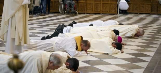 El arzobispo de Granada pide perdón tumbado en el suelo por los escándalos de pederastia