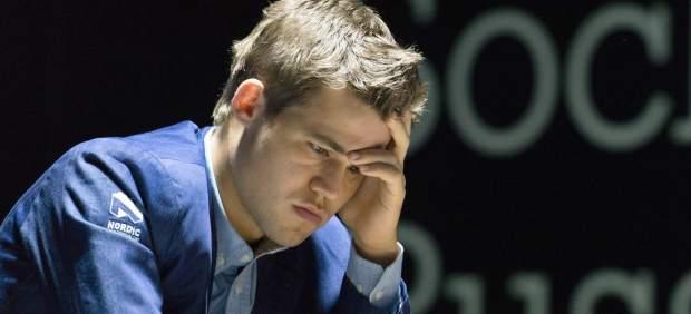 Carlsen derrota a Anand en la undécima partida del Mundial de ajedrez y retiene el título