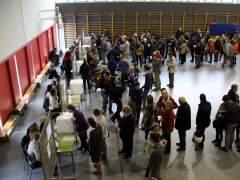 Colas en un instituto para votar en la consulta participativa del 9-N en Catalu�a.