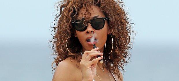 Una joven fumando un cigarrillo electr�nico
