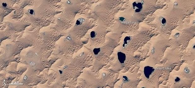 Vista desde el espacio del desierto de los lagos misteriosos