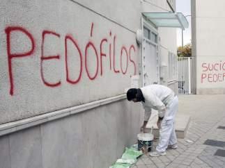 Pintadas con acusaciones de ped�filos
