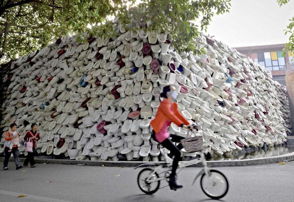 Cientos de retretes decoran un muro