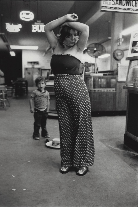Woman Dances, Boy Watches. Un mujer baila mientras un niño la contempla. Foto de Arlene Gottfried