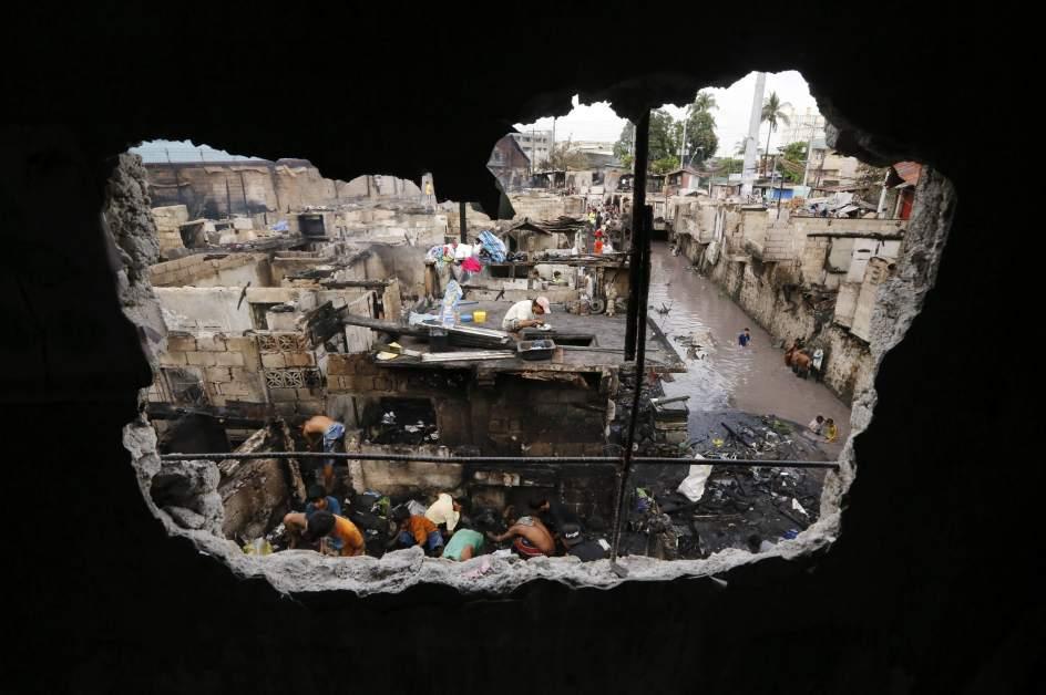 Buscan entre los escombros para rehacer sus casas