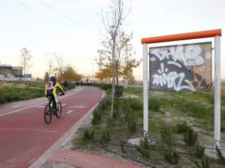 Cartel informativo deteriorado en el Anillo Verde ciclista en Madrid.