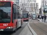 Dos autobuses, junto al tranvía de Zaragoza.