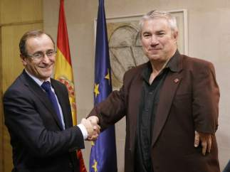 Alfonso Alonso y José Riquelme en la reunión con los afectados por la talidomida