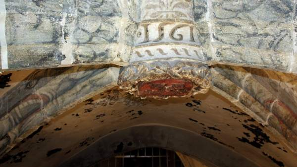 Dos cabezas de dragón en el techo de la iglesia de Sant Pere de Ripoll.