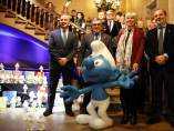 De izquierda a derecha: Rafael Peris, �ngel Ros, alcalde de Lleida, Veronique Culliford, y Joan Ramon Zaballos, junto a un pitufo gigante en la entrada del Ajuntament de Lleida. V�ronique Culliford es la hija de Pierre Culliford Peyo, el creador de los pitufos.