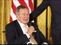 Otra mujer acusa a Bush padre de tocarle el culo cuando era presidente