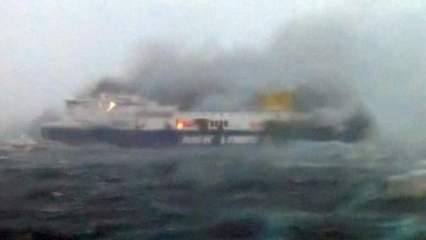 Ferry incendiado