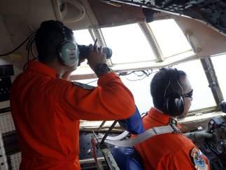Finaliza sin resultados el segundo día de búsqueda del avión de AirAsia accidentado