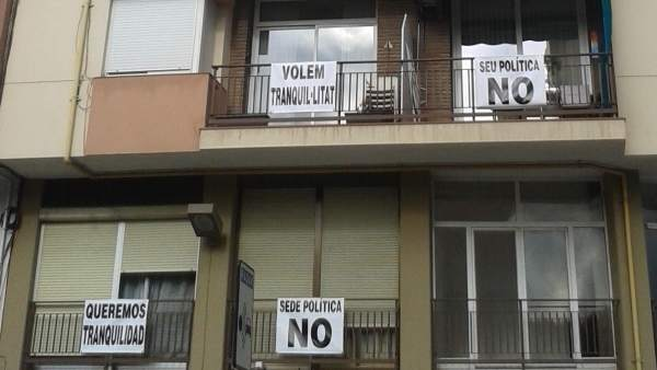 Los balcones de la finca llenos de pancartas.