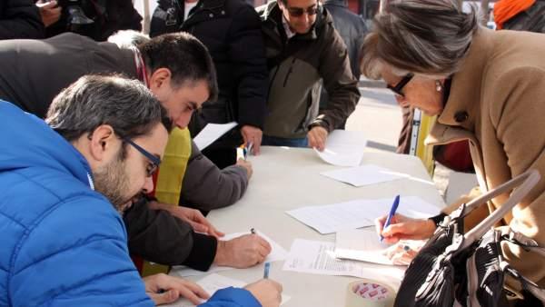 Ciudadanos de Girona firman las autoinculpaciones.