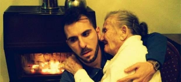 La foto de un joven y su abuela con Alzhéimer conmueve a miles de personas en Facebook