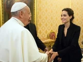 Angelina Jolie saluda al Papa Francisco
