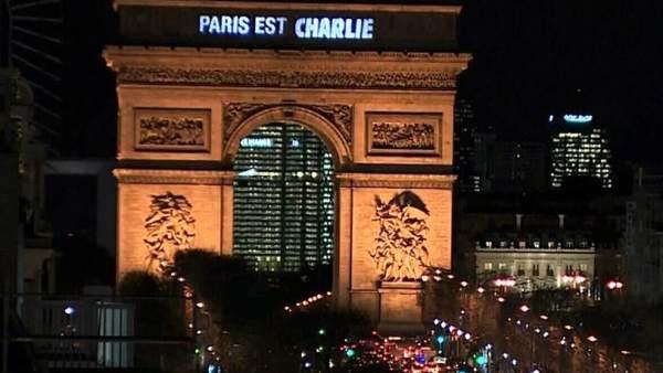 """La frase """"París es Charlie"""", proyectada sobre el Arco del Triunfo de la capital francesa"""
