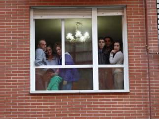 Familia que evita el desahucio en el barrio de San Fermín, en Madrid.
