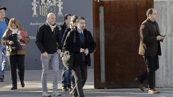 Pernando Barrena (d), en las cercanías de la Audiencia, en San Fernando de Henares (EFE/Emilio Naranjo)