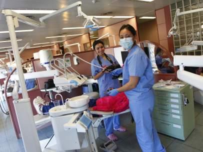 Estudiantes de grado en Odontología realizan prácticas en la clínica odontológica Complutense